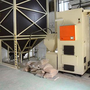Силос установлен внутри помещения, пеллета попадает в бункер котла с помощью пневмо-подачи